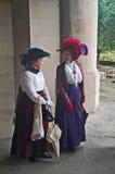 Cappelli messi le piume a immaginazione e vestiti lunghi Fotografia Stock Libera da Diritti