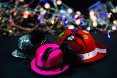Cappelli su fondo nero, cappelli di carnevale, cappelli del partito Fotografia Stock