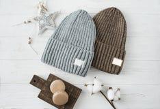 Cappelli tricottati, ramoscelli del cotone, primo piano dei maccheroni su un bianco Immagini Stock