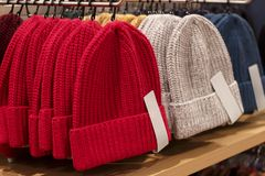 Cappelli tricottati variopinti in un negozio di vestiti, primo piano fotografia stock libera da diritti