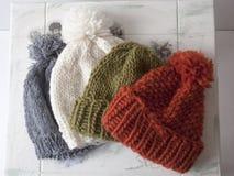 Cappelli variopinti del knit Immagini Stock