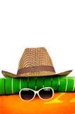 Cappellino da sole sugli asciugamani di spiaggia Fotografia Stock