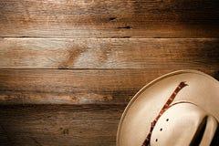 Cappello ad ovest americano del cowboy del rodeo su priorità bassa di legno Immagini Stock
