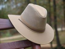 Cappello australiano di entroterra sulla sedia di oscillazione Fotografia Stock