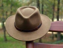 Cappello australiano di entroterra sulla sedia di oscillazione Immagine Stock