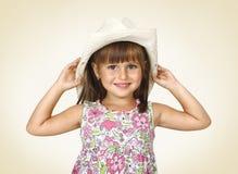 Cappello bianco da portare della ragazza del bambino Fotografie Stock Libere da Diritti