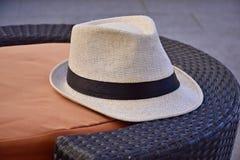 Cappello bianco su una Tabella Fotografie Stock Libere da Diritti