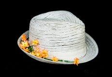 Cappello classico bianco con i fiori Immagine Stock