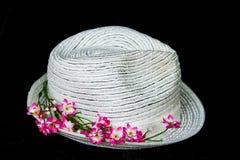 Cappello classico bianco con i fiori Fotografie Stock Libere da Diritti