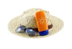 Cappello con gli occhiali da sole e la lozione del corpo Fotografie Stock
