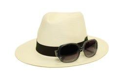 Cappello con gli occhiali da sole nel fondo bianco Fotografia Stock Libera da Diritti