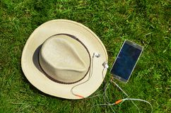 Cappello con il telefono cellulare e le cuffie immagini stock libere da diritti