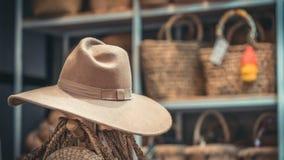 Cappello d'annata di Brown sul supporto dello scaffale fotografia stock libera da diritti