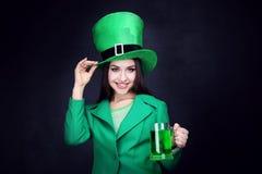 Cappello d'uso della donna con birra fotografia stock libera da diritti