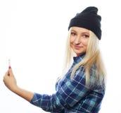 Cappello d'uso della ragazza abbastanza teenager, prendente i selfies Fotografie Stock Libere da Diritti