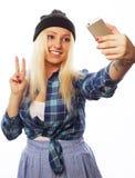 Cappello d'uso della ragazza abbastanza teenager, prendente i selfies Fotografia Stock Libera da Diritti