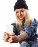 Cappello d'uso della ragazza abbastanza teenager, prendente i selfies Fotografia Stock
