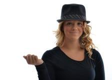 Cappello d'uso della ragazza su bianco Immagini Stock