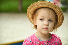 Cappello d'uso della ragazza sveglia del bambino all'aperto Fotografie Stock Libere da Diritti