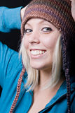 Cappello da portare del knit della ragazza sveglia Fotografie Stock