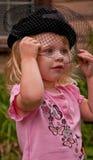 Cappello da portare dell'annata della ragazza sveglia con il velare Fotografia Stock
