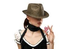 Cappello da portare della donna che mostra a cuore biscotto a forma di Immagine Stock Libera da Diritti