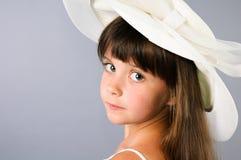 Cappello da portare di eredità della bambina in studio Fotografie Stock Libere da Diritti