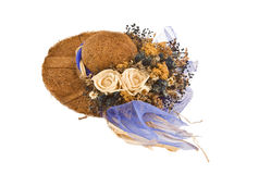 Cappello decorativo con i fiori falsi in cima esso immagini stock libere da diritti
