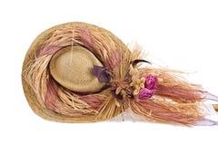Cappello decorativo con i fiori falsi in cima esso Fotografia Stock Libera da Diritti
