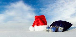 Cappello del Babbo Natale con le bagattelle blu Fotografie Stock Libere da Diritti