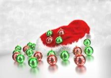 Cappello del Babbo Natale di Natale con le bagattelle rappresentazione 3d Fotografia Stock