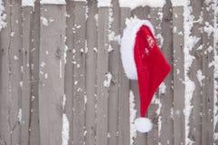 Cappello del Babbo Natale su un fondo di legno fotografia stock