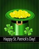 Cappello del giorno di St Patrick verde con il trifoglio e le monete. Immagine Stock