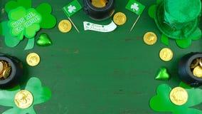 Cappello del leprechaun di giorno del ` s di St Patrick con le decorazioni su fondo rustico verde Fotografia Stock Libera da Diritti