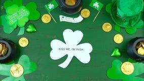 Cappello del leprechaun di giorno del ` s di St Patrick con le decorazioni su fondo rustico verde Immagini Stock Libere da Diritti