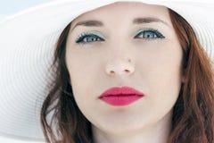 Cappello del ritratto di profilo della ragazza Immagine Stock
