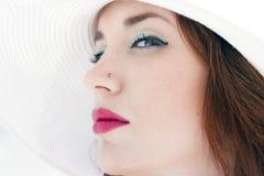 Cappello del ritratto di profilo della ragazza Fotografia Stock