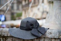 Cappello del ` s delle donne di colore con l'arco, fontana esterna sul posto Immagine Stock Libera da Diritti
