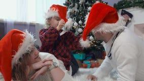 Cappello del ` s di Santa del vestito dalla ragazza archivi video