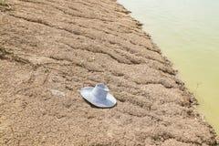 Cappello dell'agricoltore su suolo frantumato in terreno coltivabile Immagini Stock