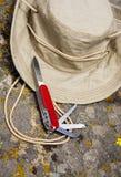 Cappello dell'esploratore e lama di esercito dello svizzero Immagine Stock