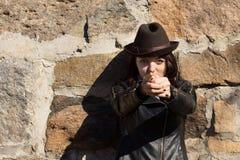 Cappello della donna e pistola d'uso di fabbricazione con le mani fotografia stock libera da diritti