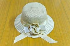 Cappello della donna su fondo di legno Fotografie Stock