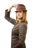 Cappello della holding della giovane donna ed esaminarlo Fotografie Stock Libere da Diritti