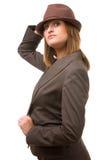 Cappello della holding della giovane donna ed esaminarlo. Immagini Stock