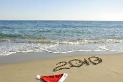 Cappello della Santa e nuovo anno sulla spiaggia. Immagini Stock Libere da Diritti