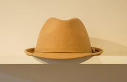 Cappello delle signore con in calcestruzzo diy, interno della stanza di stile dei pantaloni a vita bassa Fotografia Stock