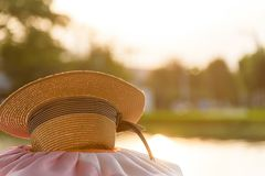 Cappello di Brown al parco ed al fiume del giardino nella sera con il Ti di tramonto Fotografia Stock
