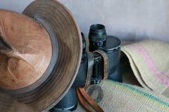 Cappello di cuoio, binocolo d'annata e tela da imballaggio Fotografia Stock