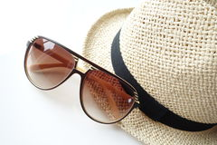 Cappello di estate con gli occhiali da sole Immagini Stock Libere da Diritti